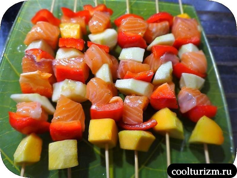 шашлычки из лосося с фруктами