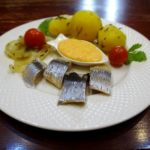 Селедка с нежной картошкой и соусом
