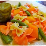 Салат фарфалле двухцветный