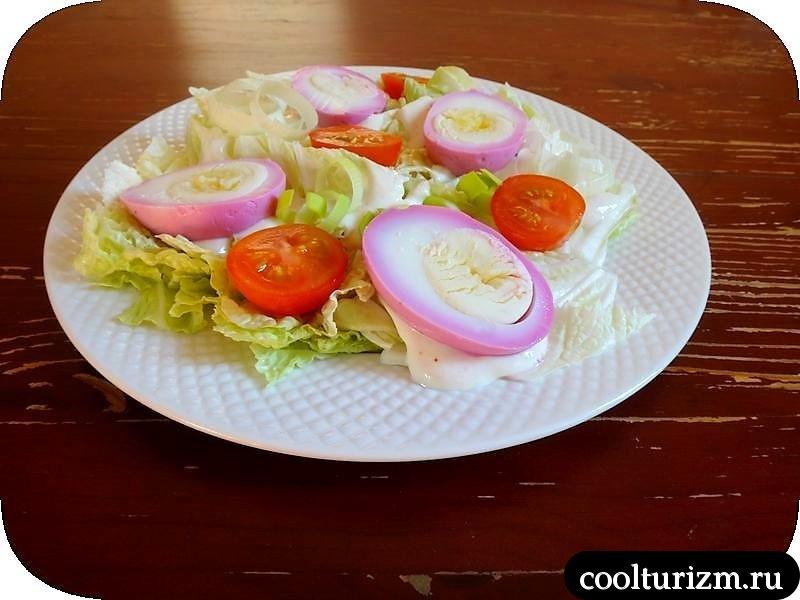 салат с розовыми яйцами как сделать