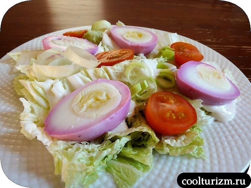 Салат с розовыми яйцами