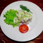 Салат из молодой капусты и красного лука