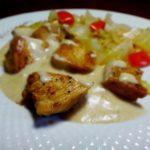 Куриная грудка под сливками с сельдереем и луком