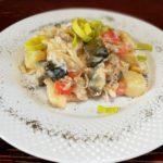 Треска с солеными огурцами и картошкой под сметаной