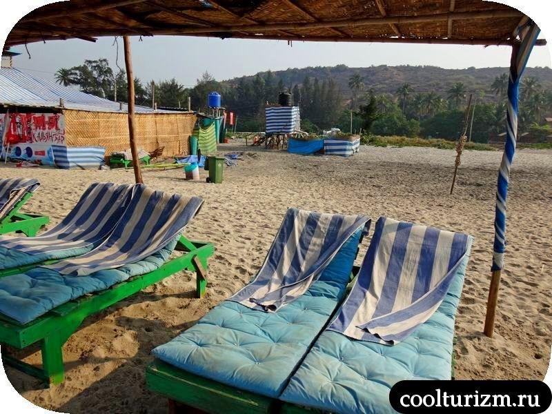 кафе и лежаки на пляже Арамболь