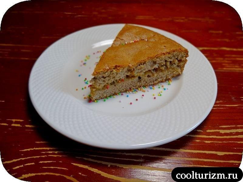 шоколадный бисквит с персиковым джемом