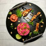 Куриная грудка с розовым картофельным пюре под бальзамическим соусом
