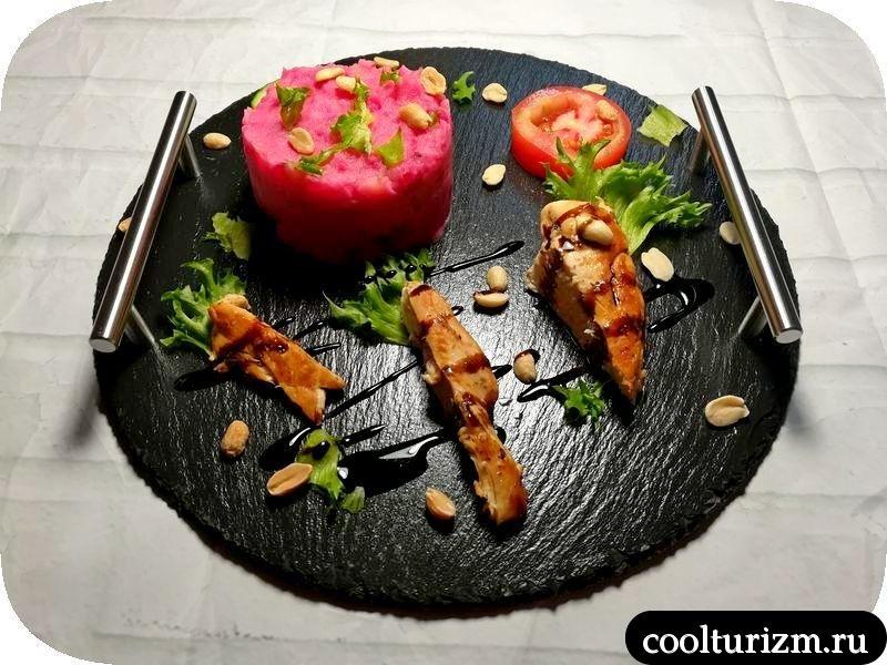 куриная грудка с розовым картофельным пюре