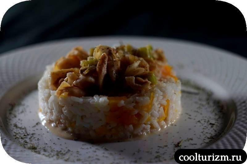 тушеные кальмары с рисом