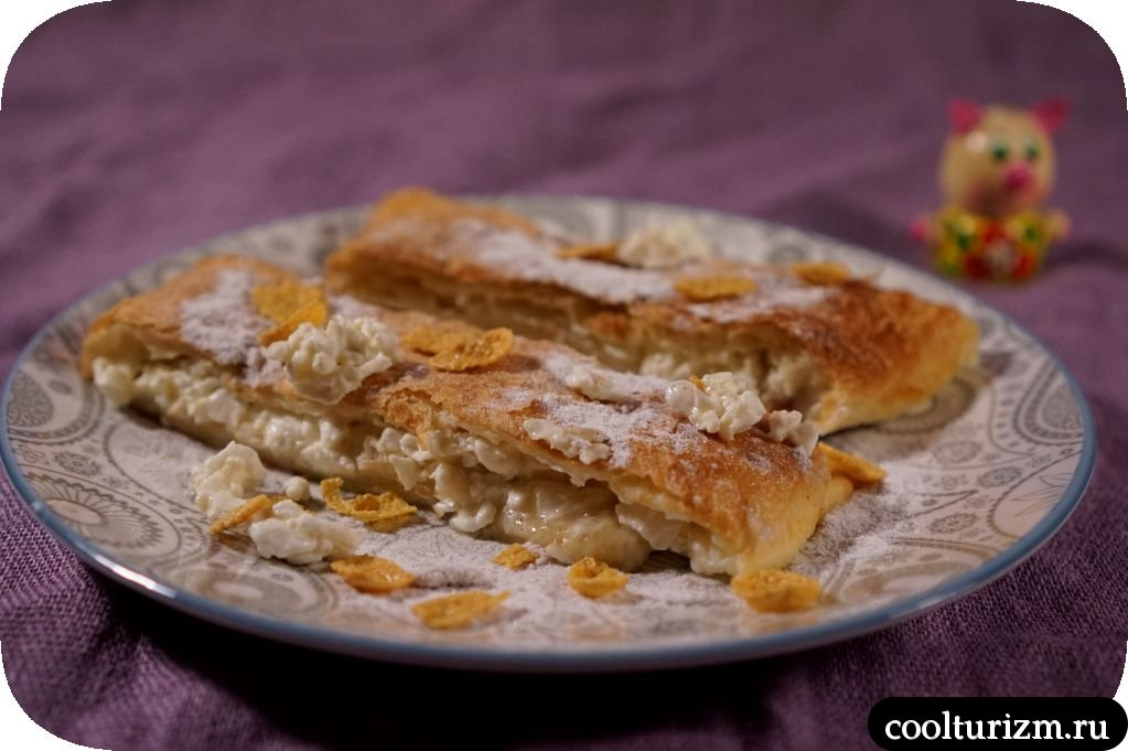 пирог из слоеного теста с творогом