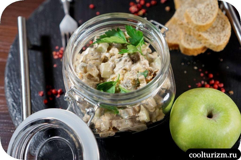 салат с куриной печенью и зелеными яблоками