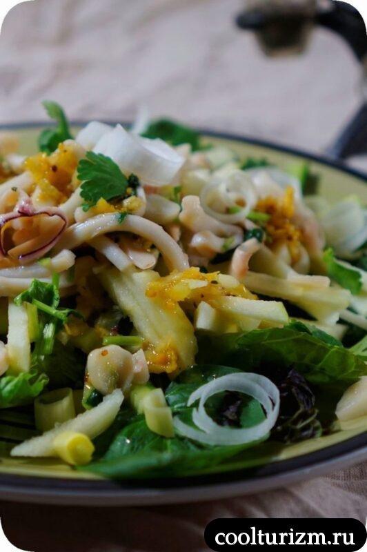 салат с кальмарами, зеленым яблоком и огурцом