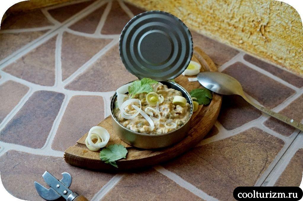 салат с копченой скумбрией и горохом