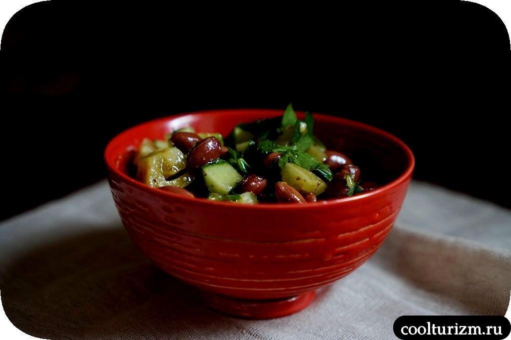 салат с фасолью и солеными помидорами
