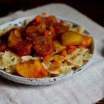 Колбаса в томатном соусе с фарфалле и яблоками