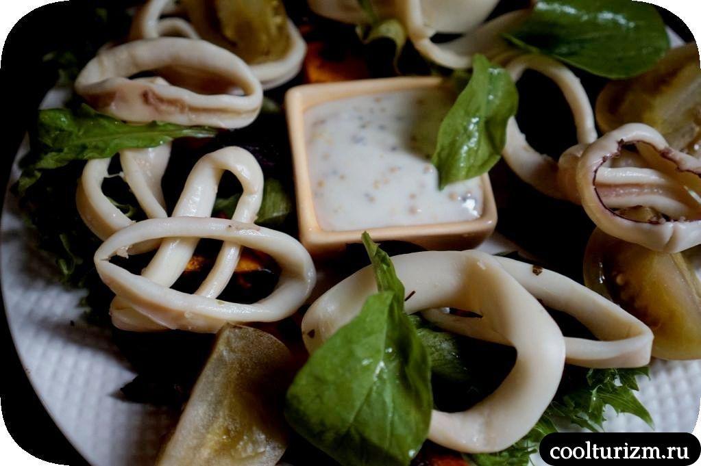 салат с кольцами кальмара