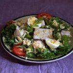 Простой салат с треской и яйцами