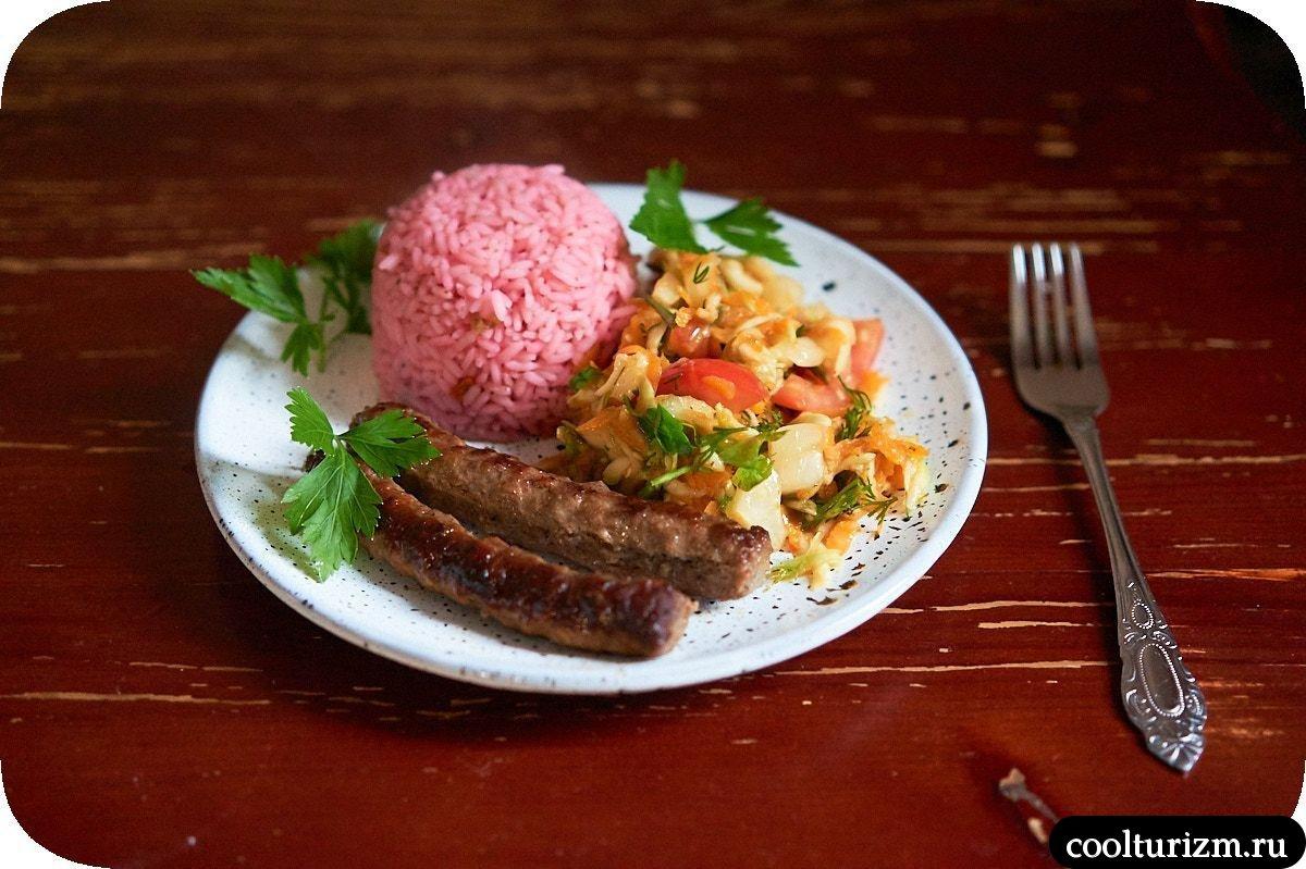 жареные колбаски с цветным рисом и овощами