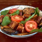 Теплый салат с макаронами и колбасками