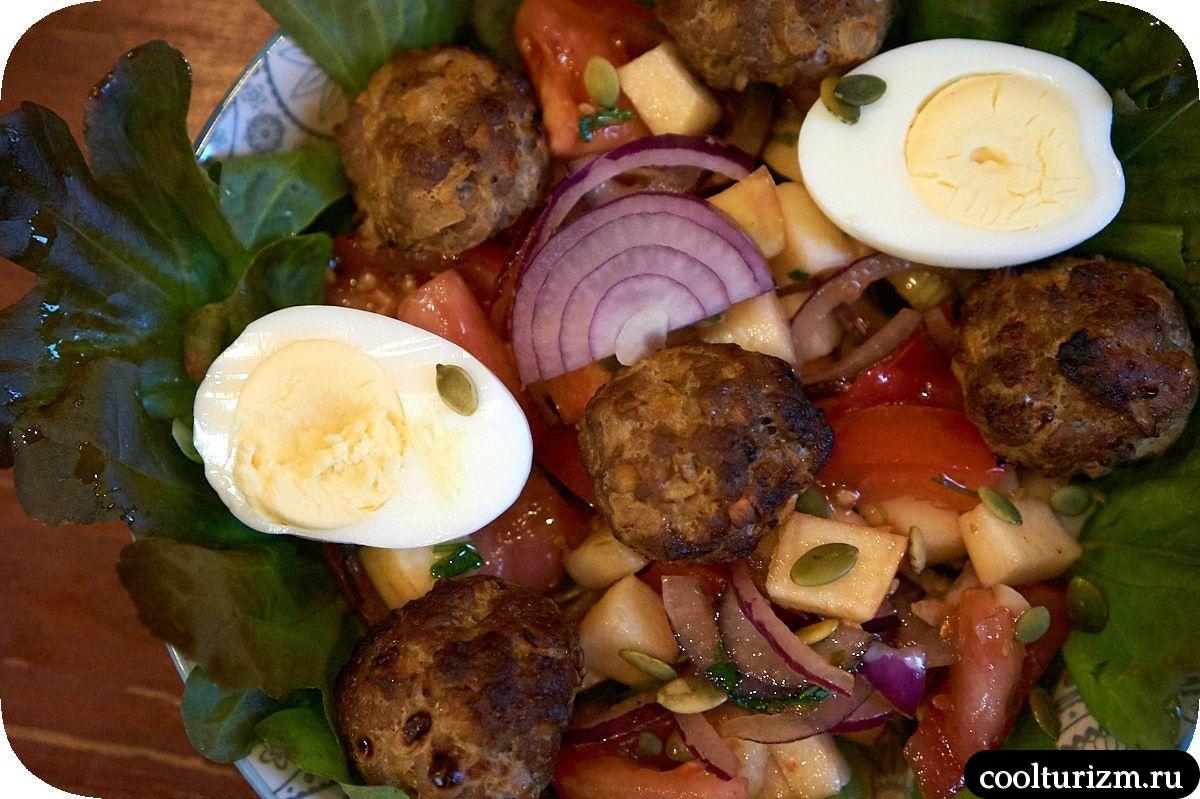 салат с фрикадельками и яйцами