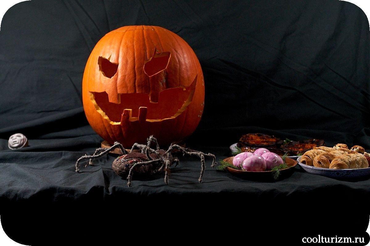 как красиво вырезать тыкву на Хэллоуин и украсить стол
