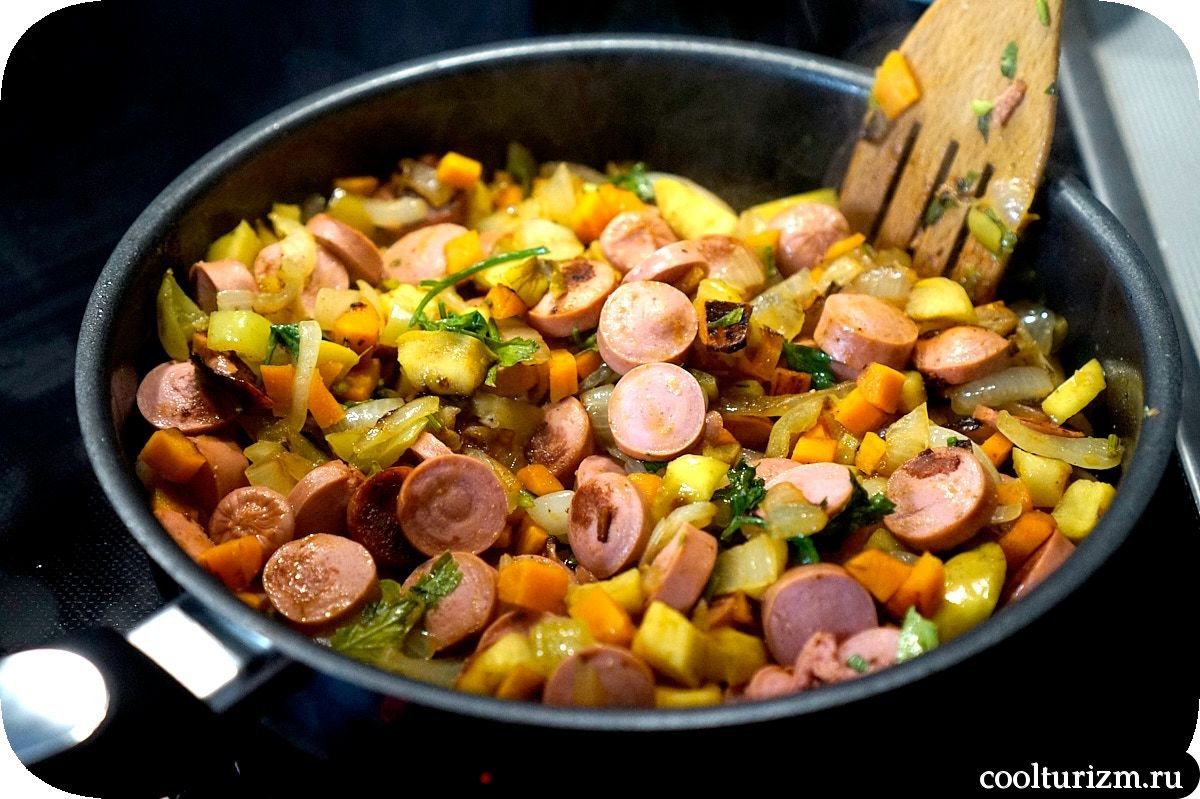 макароны с сосисками на сковороде