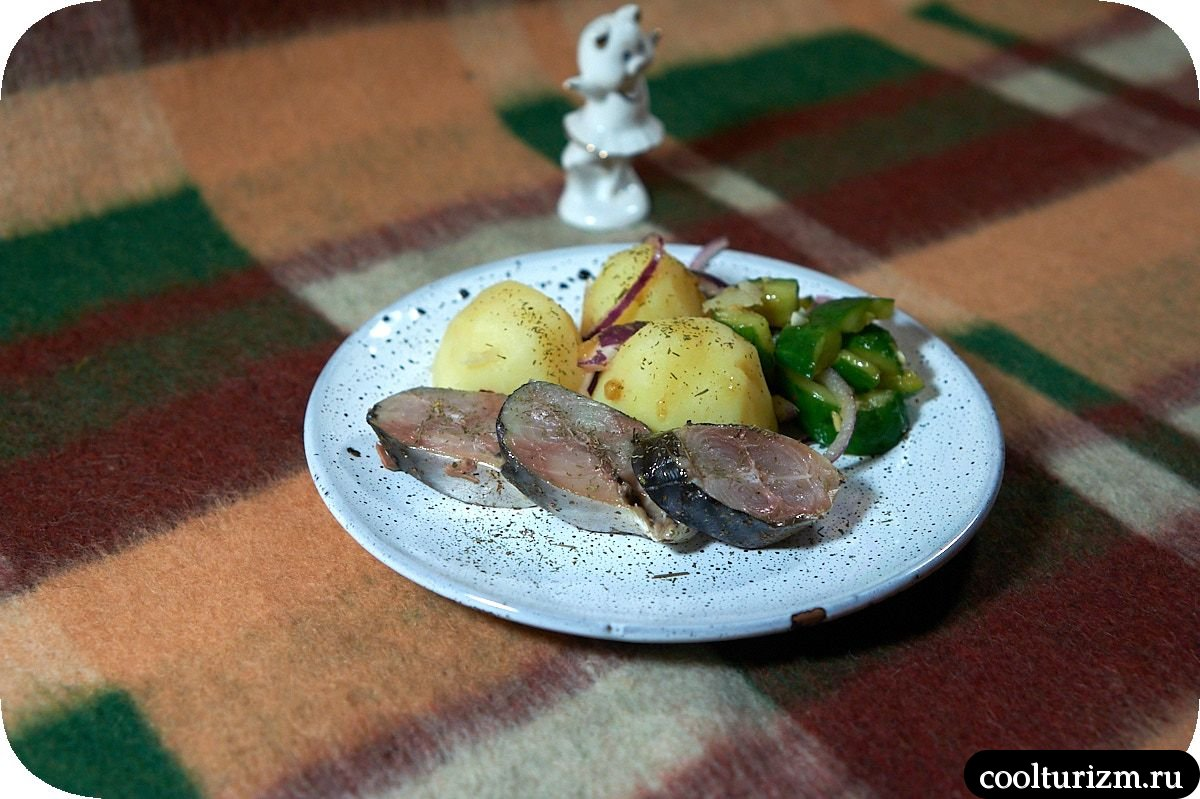 пряная скумбрия с картошкой и битыми огурцами