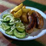 Купаты с деревенской картошкой и огуречным салатом