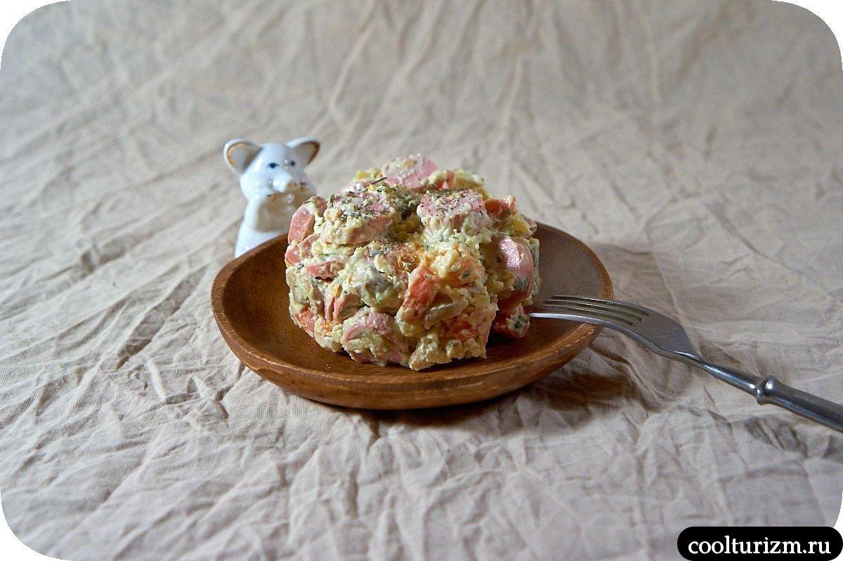 салат с шампиньонами и колбасой