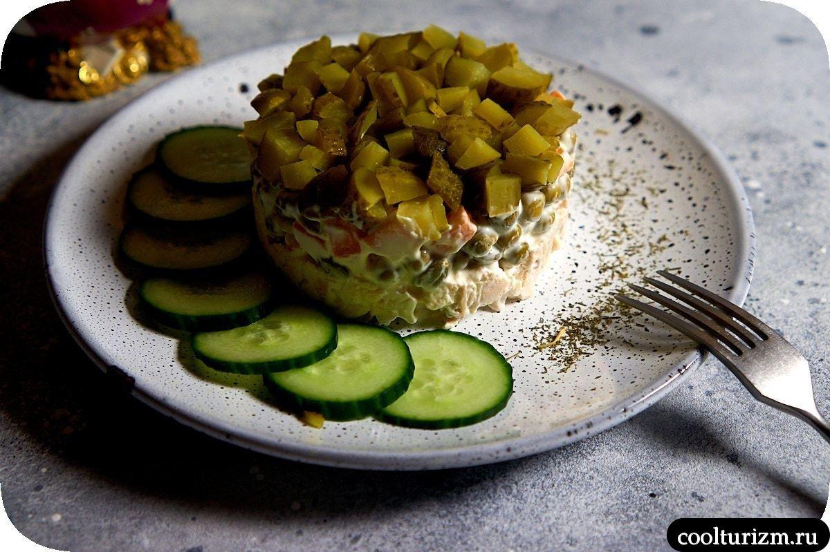салат с курицей и огурцами слоями