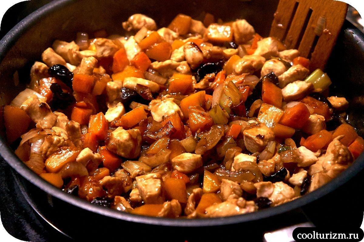 черная рисовая лапша с куриной грудкой