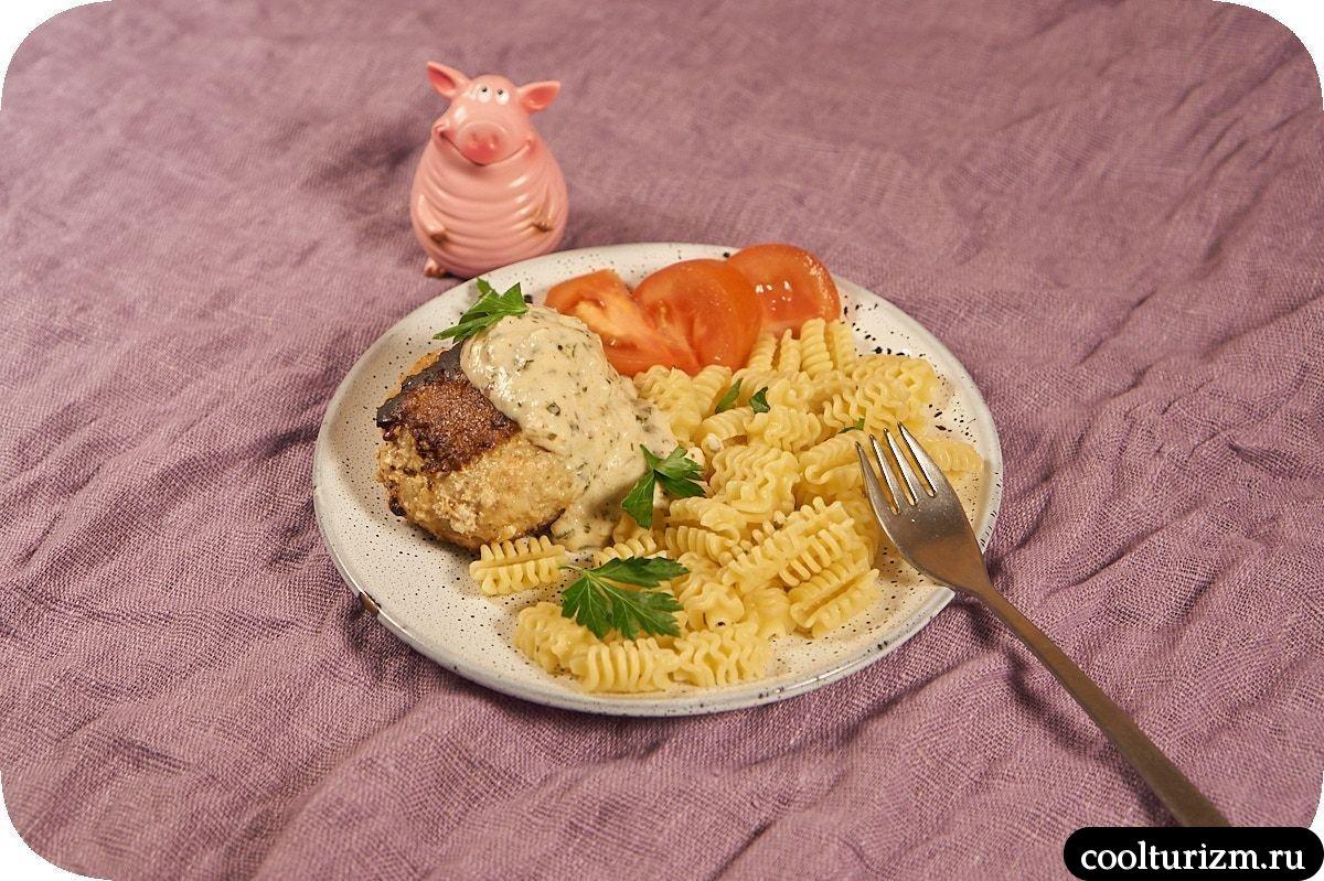 жареные рыбные котлеты в сливочном соусе