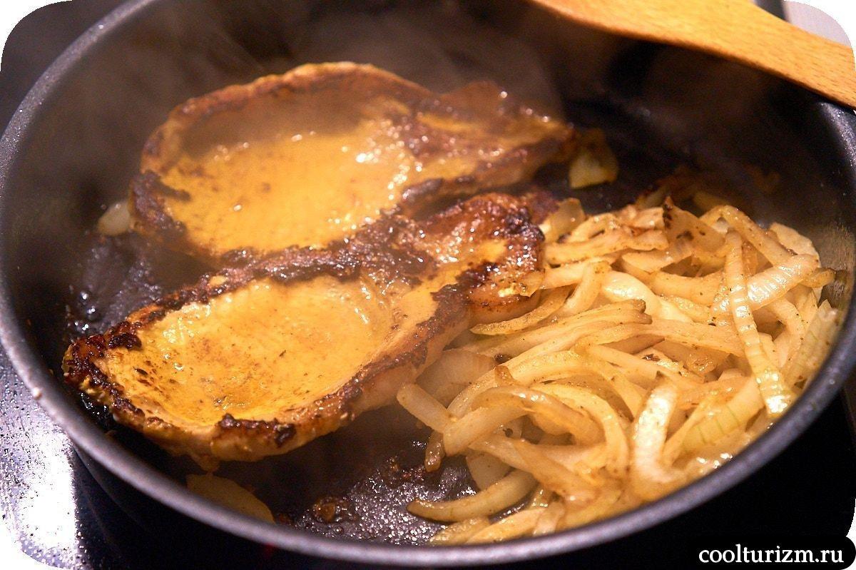 жарим стейк на сковороде