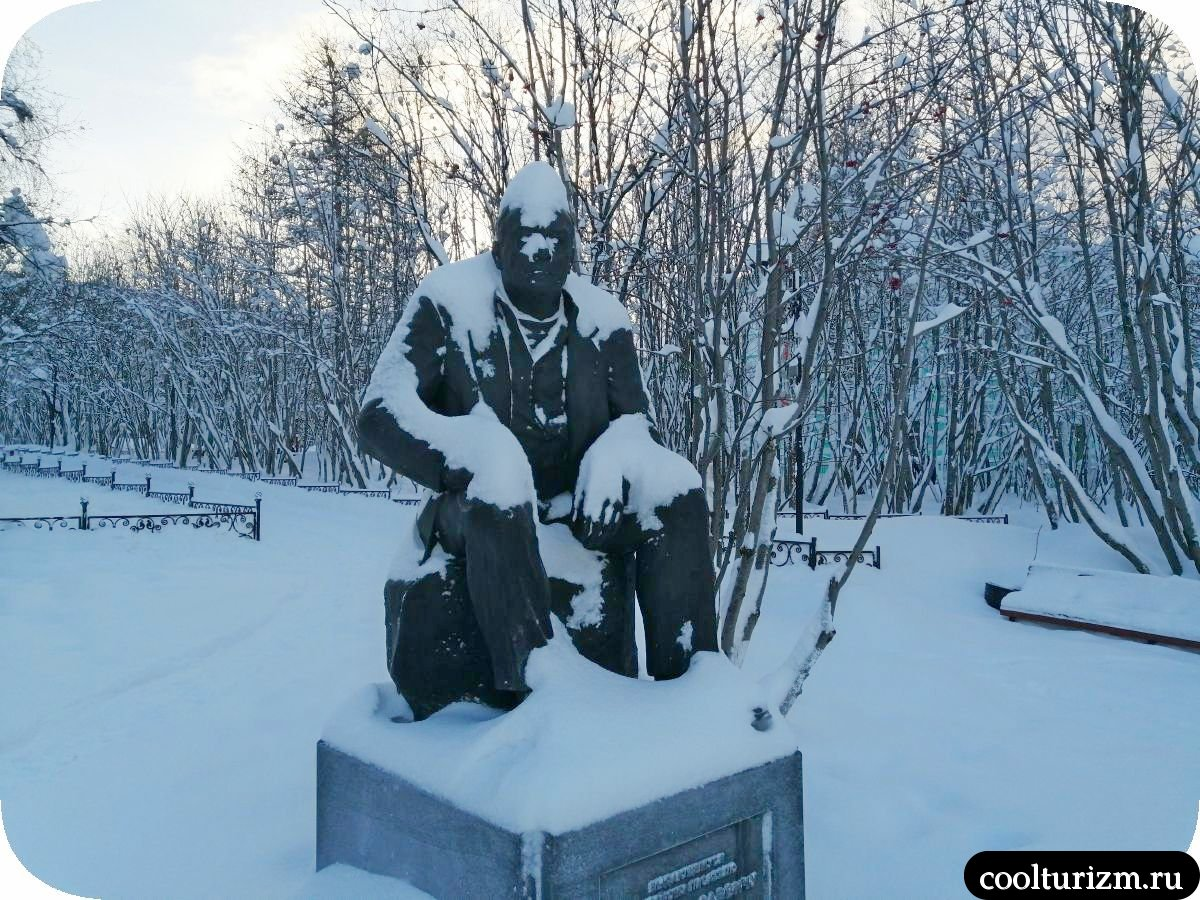 Памятник Пикулю Мурманск