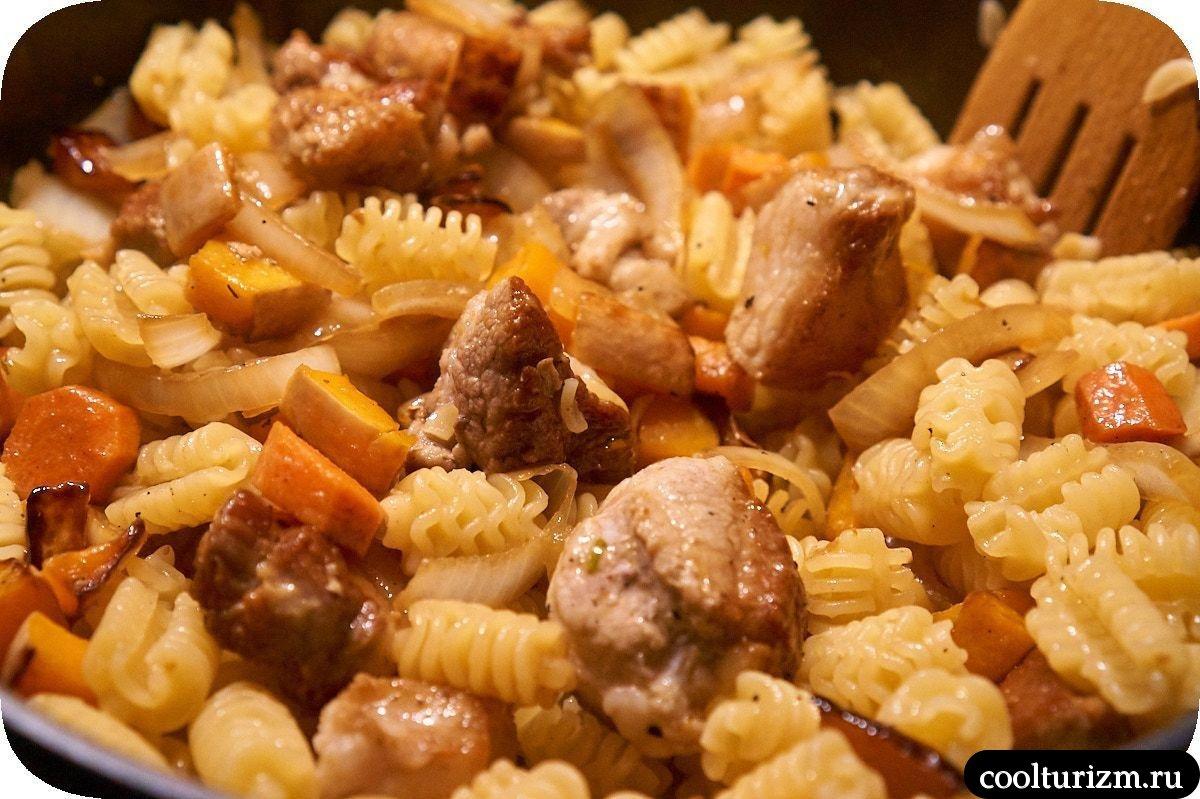 мясо с макаронами в сливочном соусе