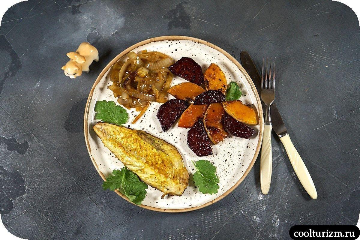 скумбрия с овощами на сковороде
