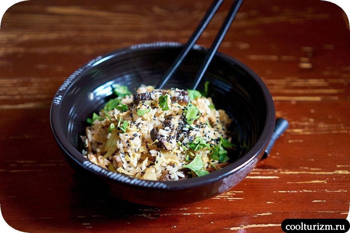 жареный рис с яйцом и шиитаке