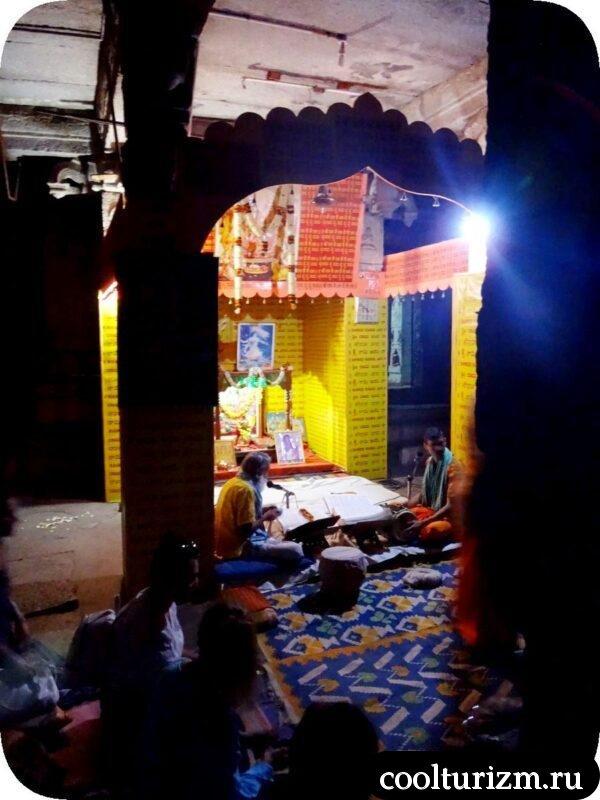 брамины поют Рамаяну в храме Рамы ХАмпи