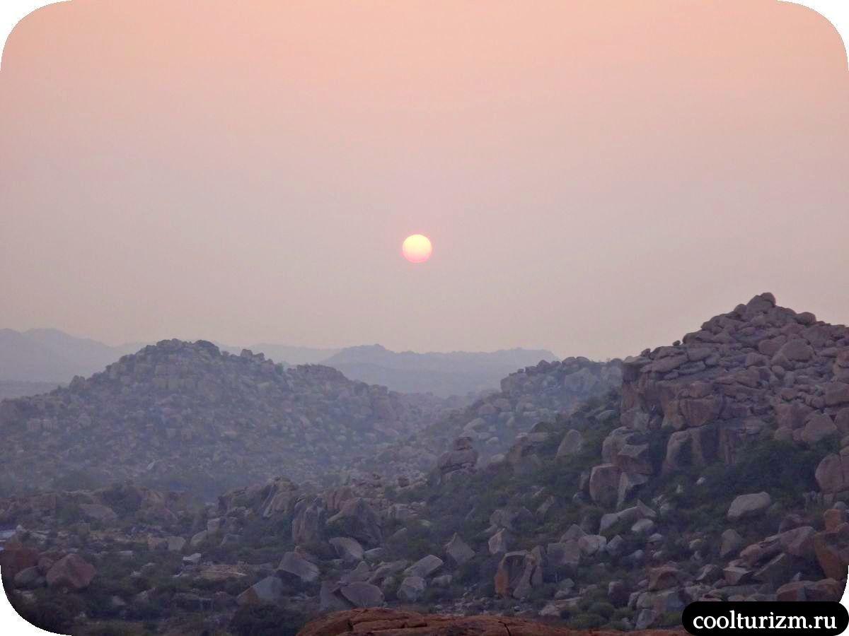 рассвет на холме Маляванта в Хампи Индия