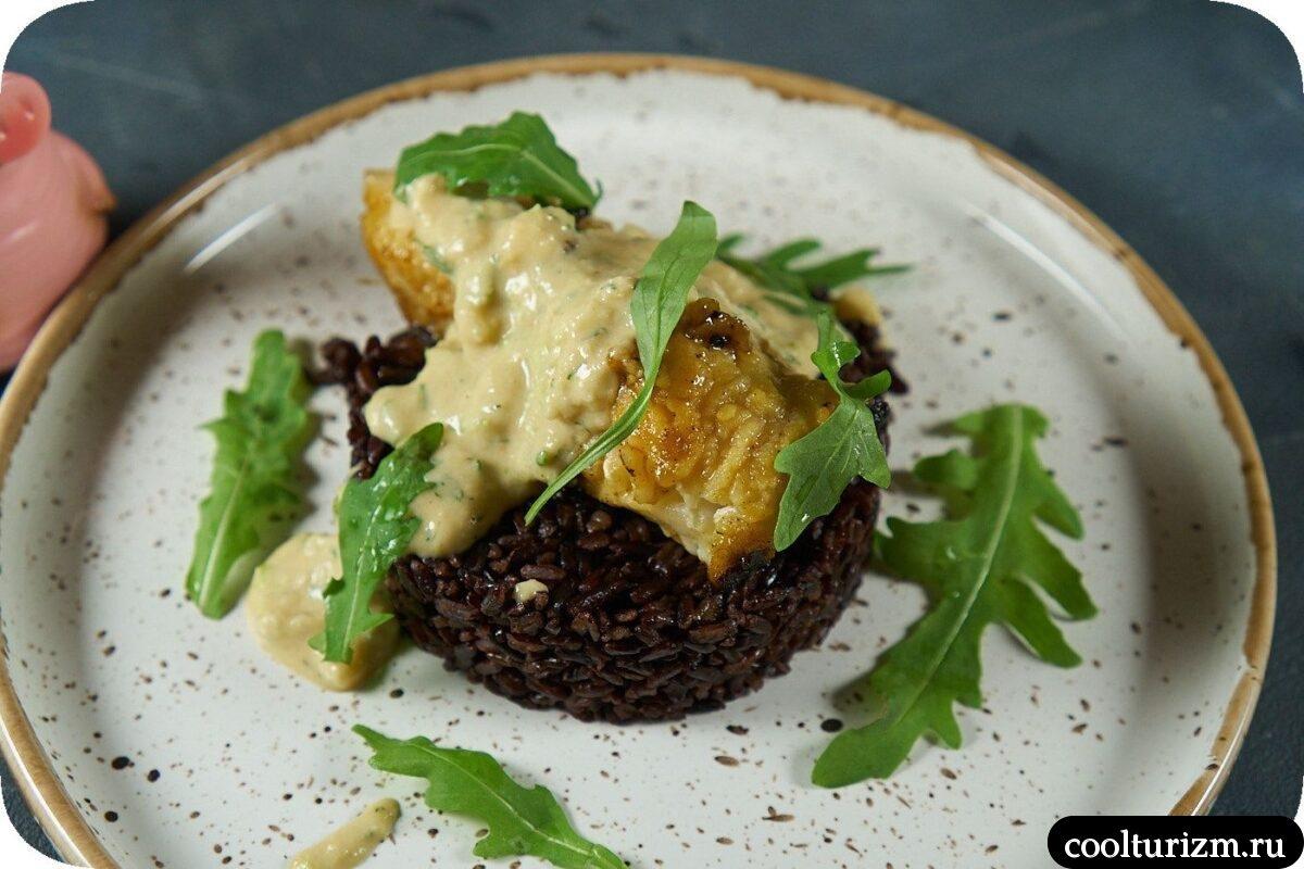 черный рис с морским окунем и двуям соусами