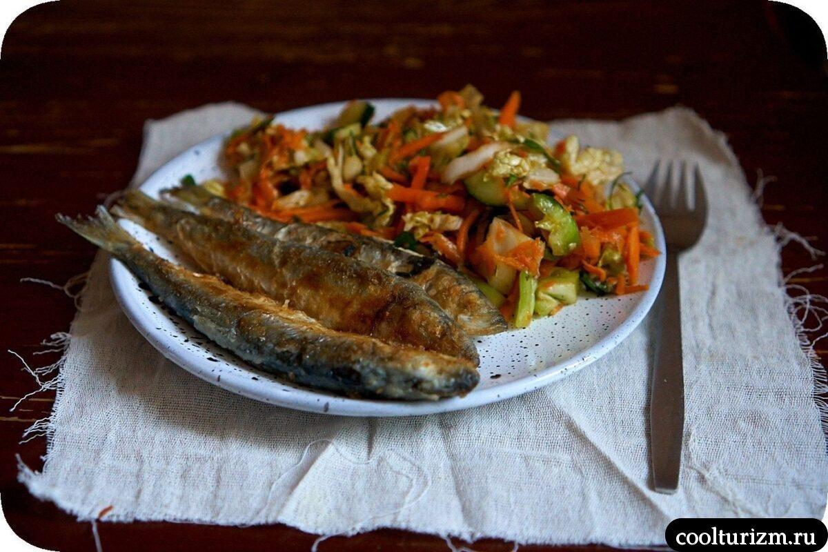 рецепт с фото жареной салаки с овощным салатом