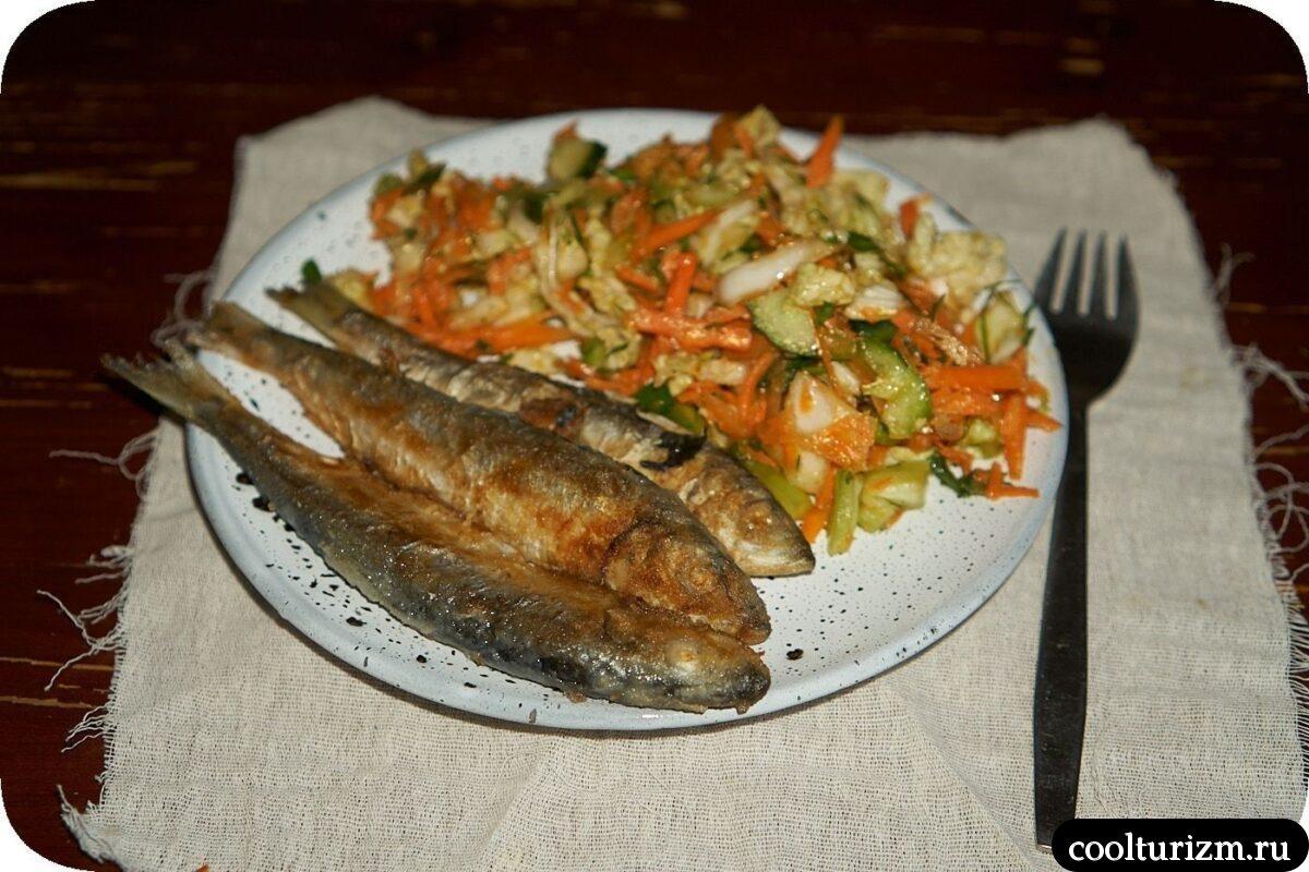 рецепт жареной салаки с овощным салатом в домашних условиях