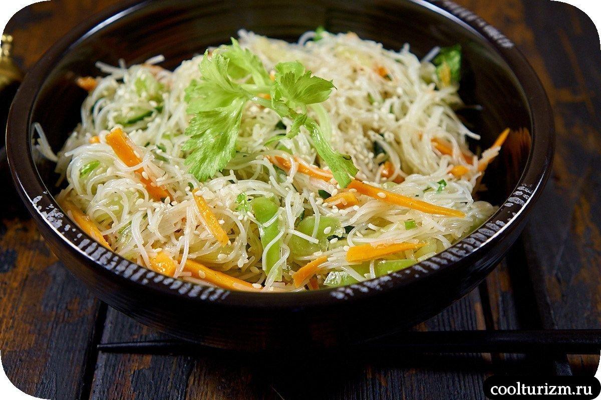 вкусный салат из фунчозы с овощами