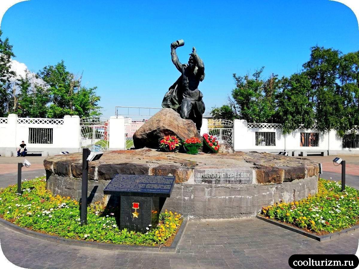 памятник Бредову в Мурманске центр