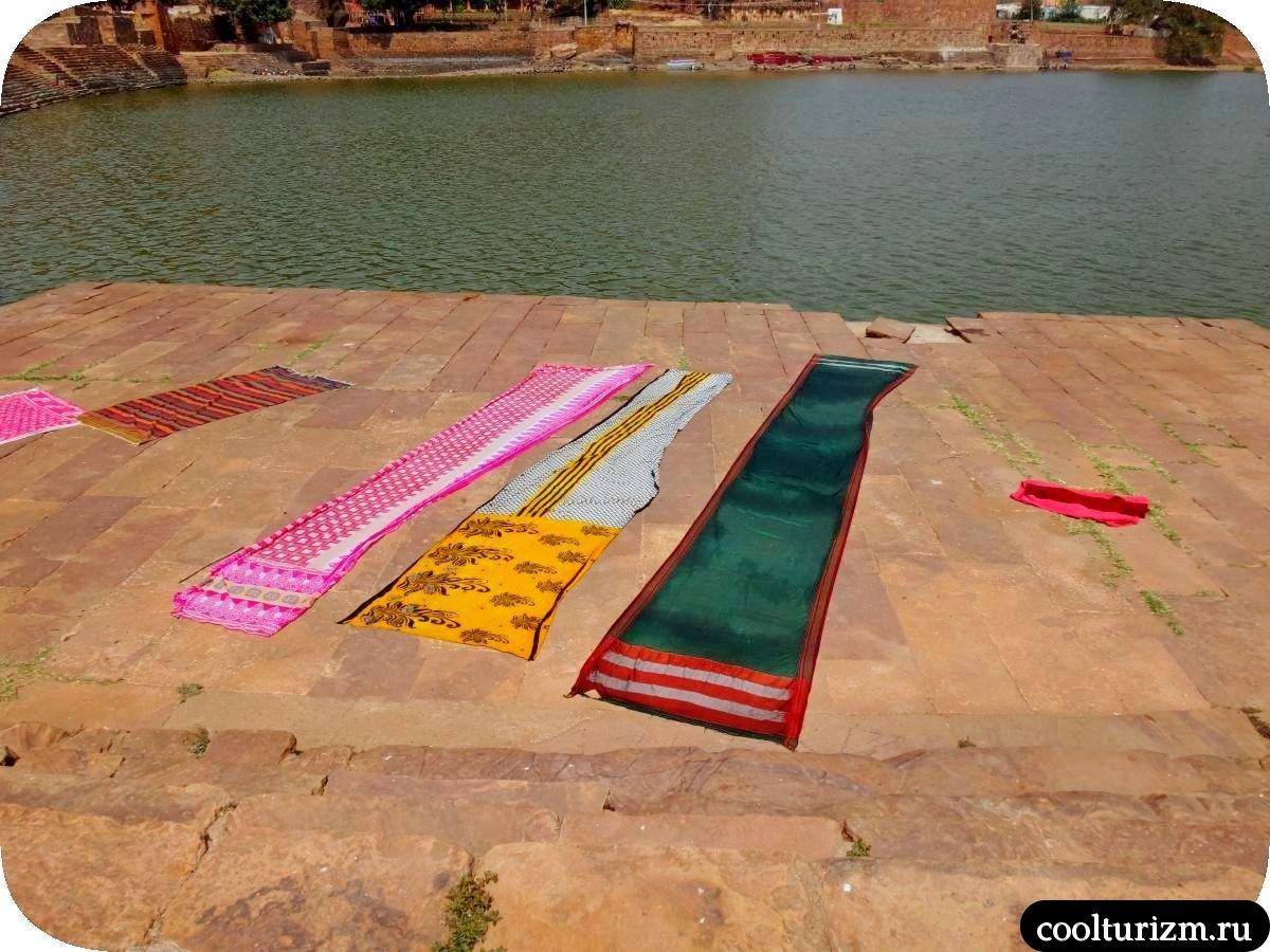 озеро Агастья в Бадами и стирка белья индианками