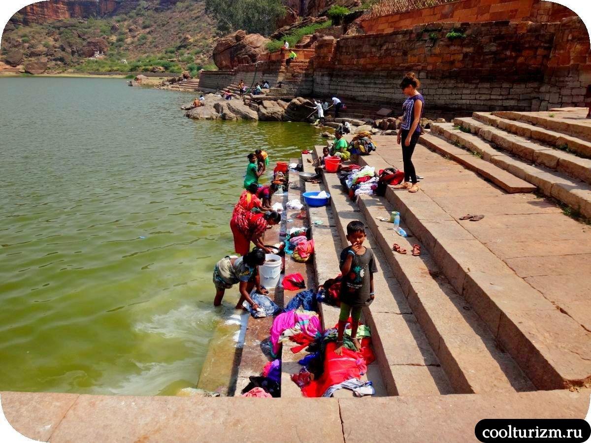 озеро Агастья в Бадами и стирка белья в Индии