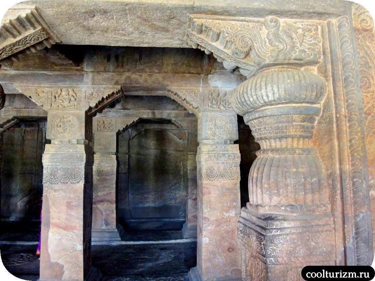 пещерный храм Шивы внутри лингам