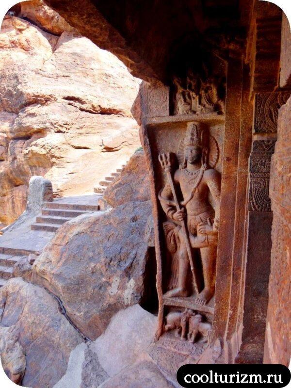 пещерный храм Шивы внутри Дварапала