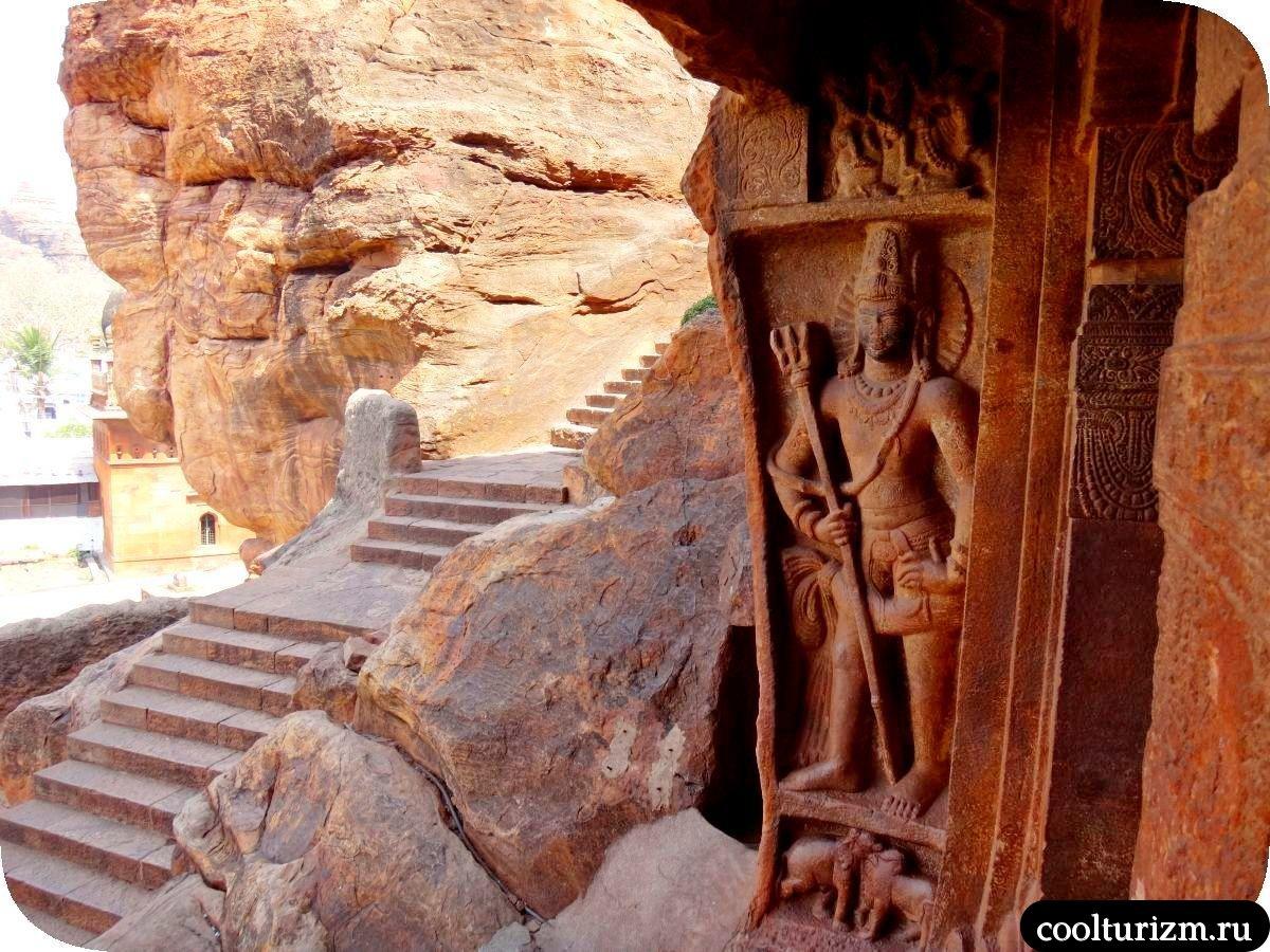 Дварапалака пещерный храм Шивы внутри