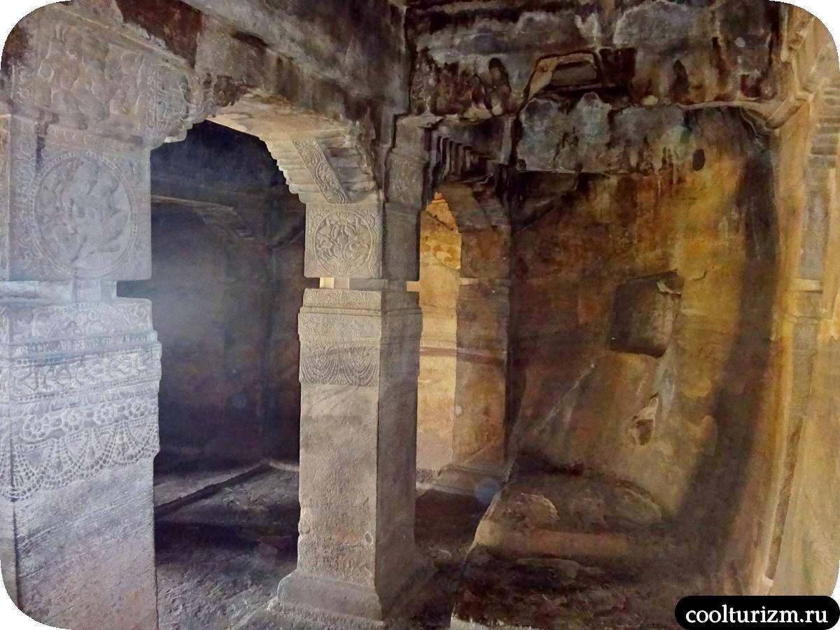 пещерный храм Шивы внутри Бадами Карнатака